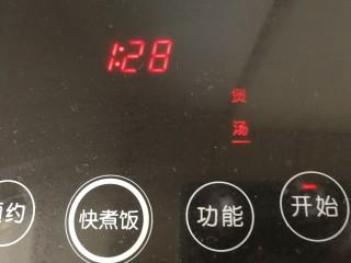 老鴨煲,煲湯1個半小時。(用砂鍋文火煲最好了,天熱改用電煲)