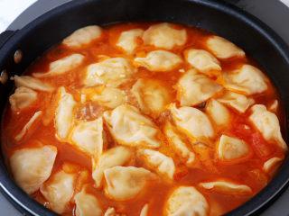 番茄浓汤饺子,煮至饺子浮出水面