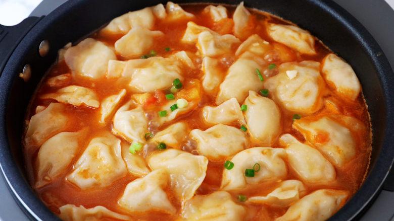 番茄浓汤饺子,出锅撒上葱花即可