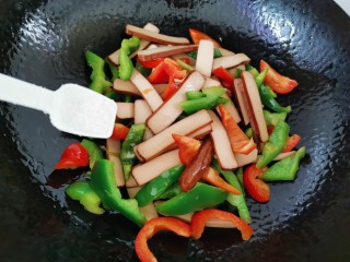 青椒炒香干,加入少許鹽