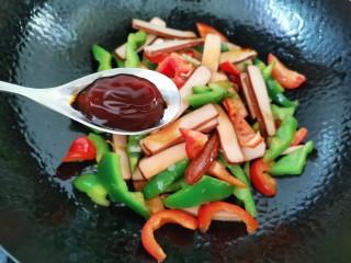 青椒炒香干,加入蠔油翻炒至青椒斷生