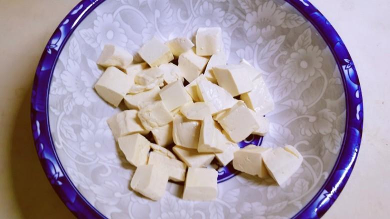 香菇炖豆腐,捞出切块