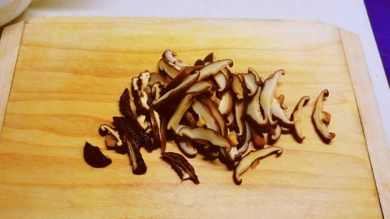 香菇炖豆腐,泡发后切片