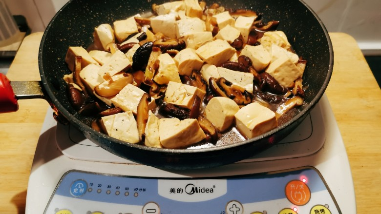 香菇炖豆腐,炖至汤汁还剩下很少