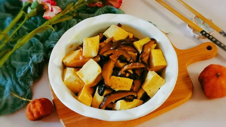 香菇炖豆腐,出锅装盘啦