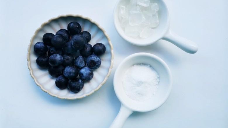 蓝莓冻撞奶,准备好所有食材。