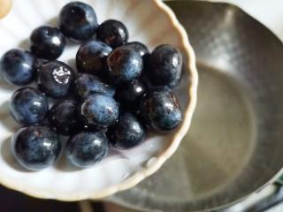 蓝莓冻撞奶,奶锅中加入清水煮开,