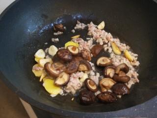香菇炖豆腐,煸炒均匀倒入香菇?