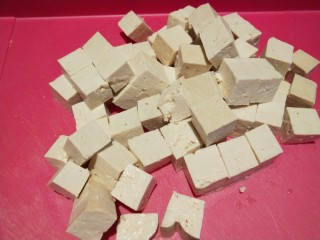 香菇炖豆腐,切成小块