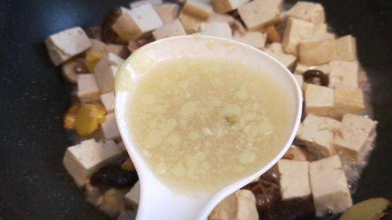 香菇炖豆腐,加入两勺大骨汤。