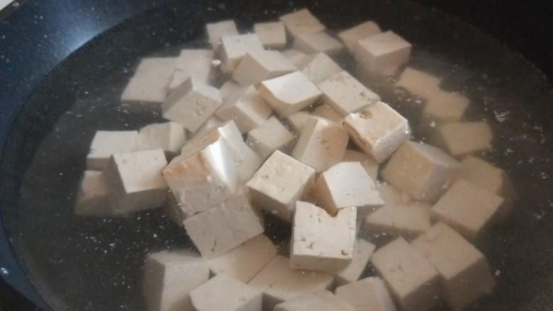 香菇炖豆腐,豆腐焯一下水。