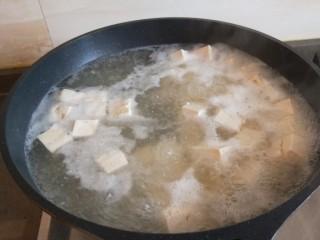 香菇炖豆腐,锅烧开捞出来。