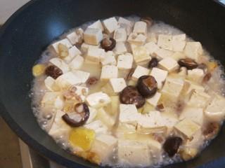 香菇炖豆腐,转中火慢慢。