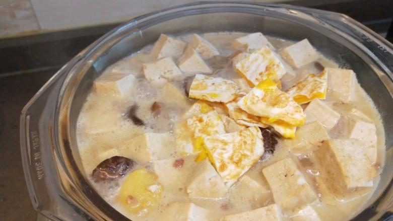 香菇炖豆腐,加入一个煎鸡蛋?