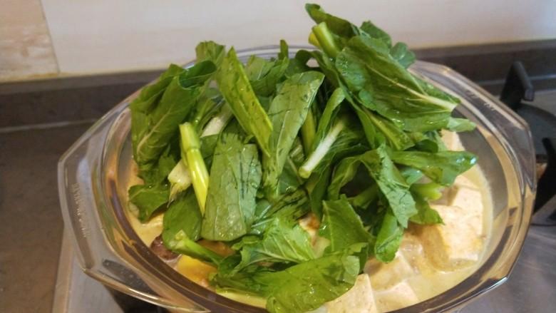 香菇炖豆腐,放入小白菜。