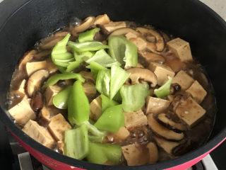 香菇炖豆腐,加入青椒