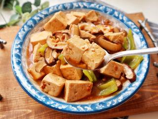 香菇炖豆腐,待汤汁浓稠即可出锅,拌米饭吃超赞