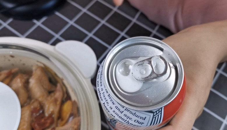 香辣鸡翅尖,开一瓶82年的<a style='color:red;display:inline-block;' href='/shicai/ 897'>啤酒</a>