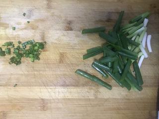 葱油拌面,葱切段,细点的切成葱花