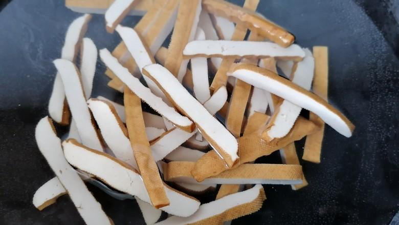 凉拌香干,锅内水烧开将香干焯下水然后捞出