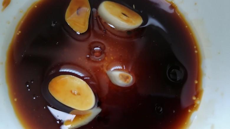 凉拌香干,加入适量热油并搅拌均匀
