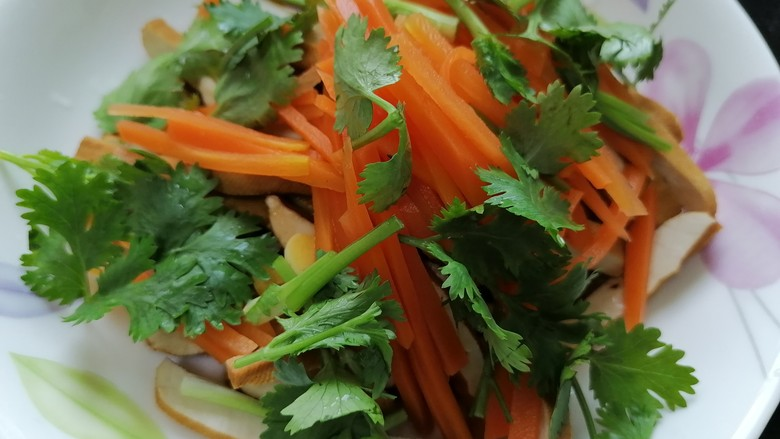 凉拌香干,放入胡萝卜和香菜