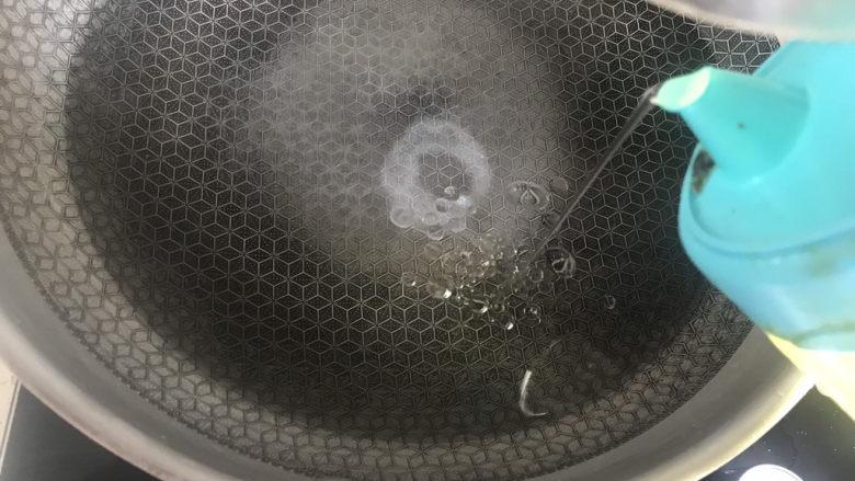 秋葵炒虾仁,锅中烧水加入少许盐和油