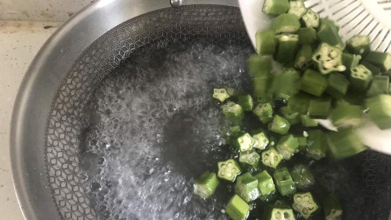 秋葵炒虾仁,水开下入秋葵焯水20秒,焯水时间不要太长,否则粘液会流失