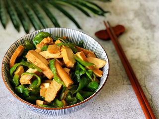 青椒炒香干,出锅盛盘,咸香美味,快去盛一碗米饭;