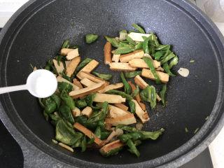青椒炒香干,再加点盐调味;