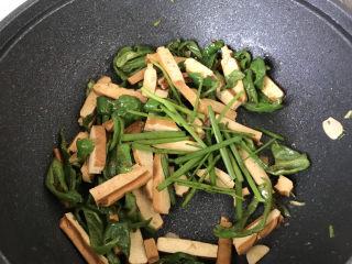 青椒炒香干,出锅前把葱绿放进去翻炒;