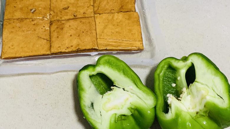 无敌下饭之青椒炒香干,准备好青椒和豆干