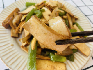 無敵下飯之青椒炒香干,香干吸收了醬汁的味道,十分下飯。