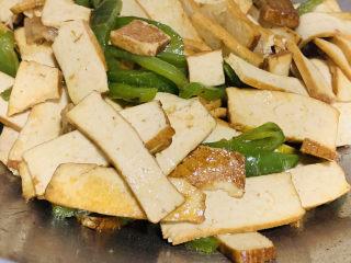 無敵下飯之青椒炒香干,放一勺鹽,生抽和蠔油炒勻