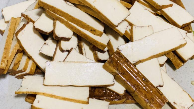 无敌下饭之青椒炒香干,豆干切薄片