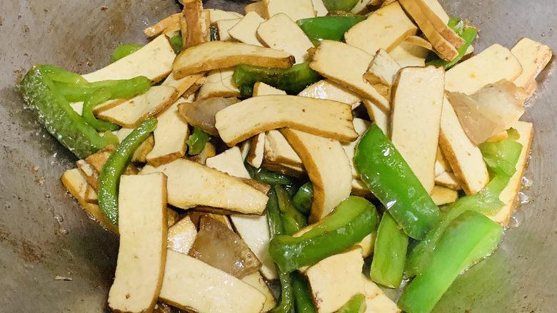 无敌下饭之青椒炒香干,这时候锅中就会有点干了,可以适当加点开水