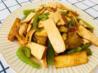 無敵下飯之青椒炒香干,非常簡單的家常菜,動手做起來吧。