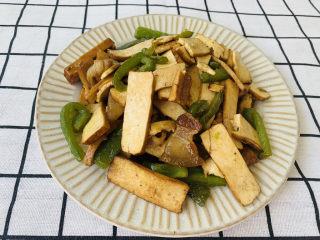 無敵下飯之青椒炒香干,五花肉真是個好食材呀,愛吃的小伙伴可以多放點一起炒,更美味