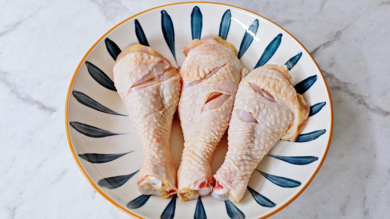 椒盐蒸鸡腿,将鸡腿放入深盘中