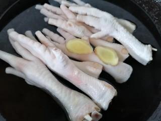无骨鸡爪,将鸡爪放入锅内焯水放两片生姜去腥