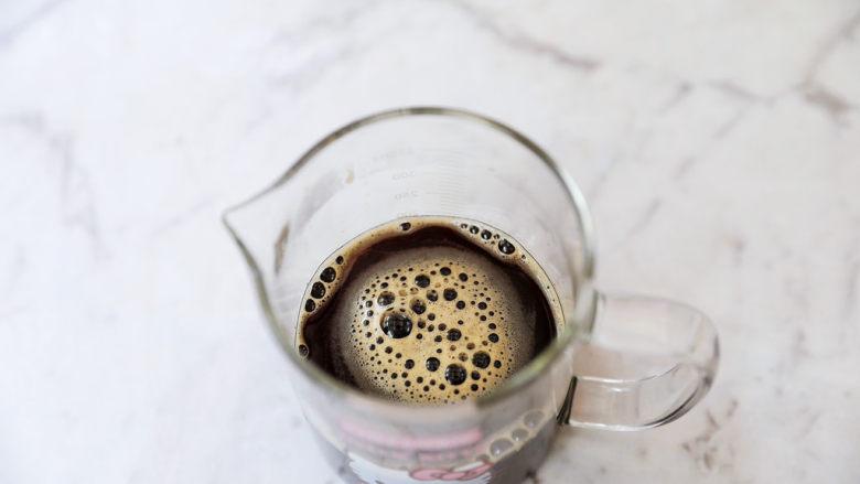 牛奶咖啡果冻,搅拌至吉利丁片融化