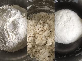彩色芹菜猪肉饺子,盆里放300克面粉,加入少许盐,增加筋性,加入适量清水用筷子搅拌成絮状,再下手揉成光滑的面团,醒面10分钟