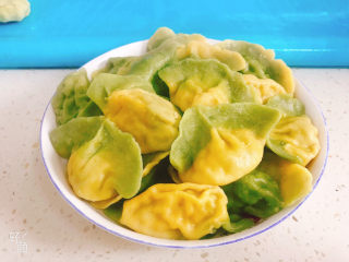 彩色芹菜猪肉饺子,捞出盛入盘中即可食用