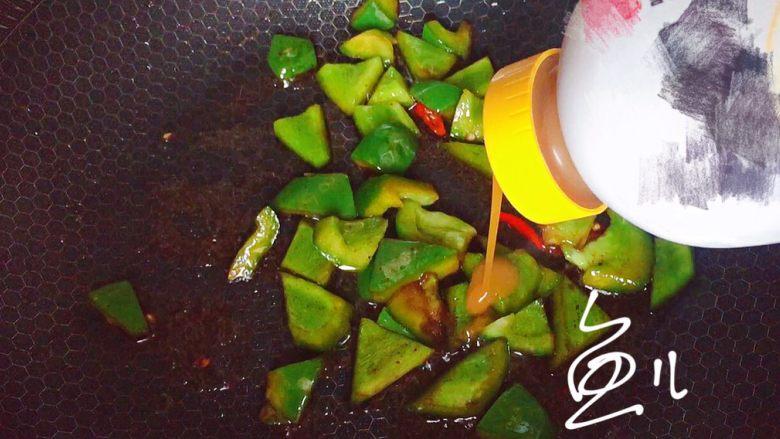 青椒炒香干,放入调味汁(或者蚝油)