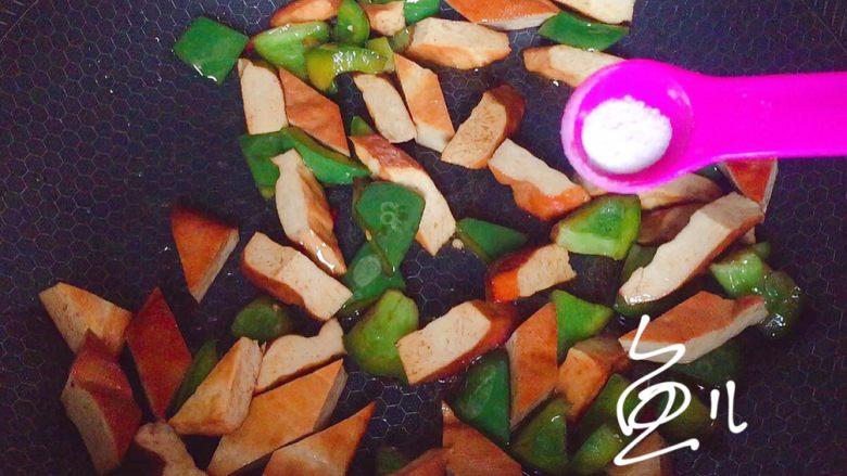 青椒炒香干,放盐调味