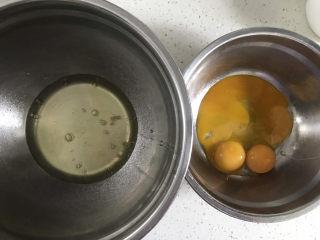 巧克力纸杯蛋糕🧁,准备两个干净无油无水的盆,分离蛋清和蛋黄,蛋白里不能掉入蛋黄,否则蛋白打不起来,分离好的蛋白放冰箱冷藏备用