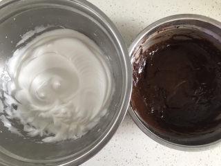 巧克力纸杯蛋糕🧁,蛋白打发好了,开始把它们翻拌到一起