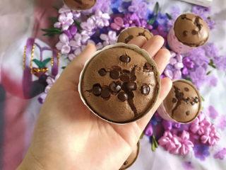 巧克力纸杯蛋糕🧁,放了巧克力豆在上面点缀很漂亮