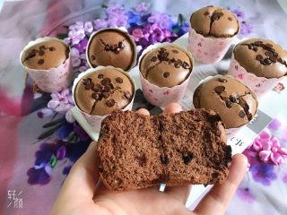 巧克力纸杯蛋糕🧁,掰开看看,组织细腻,中间还有巧克力豆,非常软绵,入口即化,巨好吃😍
