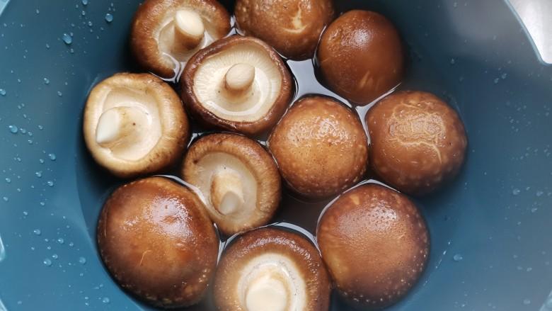 香菇炒青菜,鲜香菇清洗干净,减去蒂